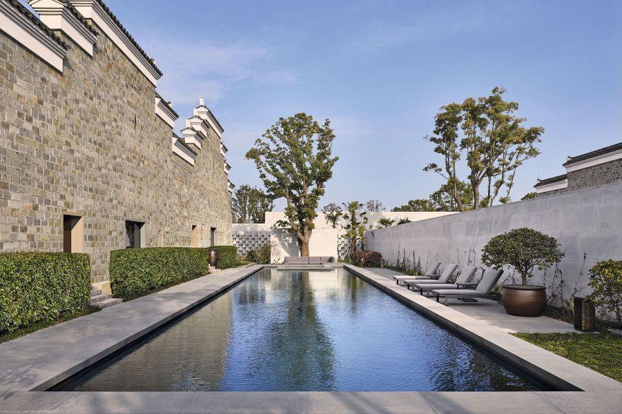 Chaque villa possède sa piscine privée, protégée des regards par de hauts murs.