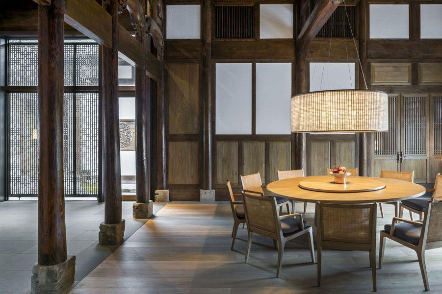 Une salle à manger, pour dîner en toute intimité, avec majordome à demeure.