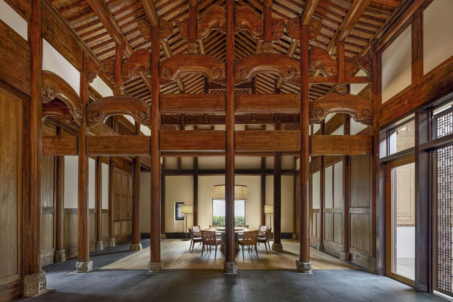 Sous une charpente ancienne entièrement restaurée, une partie du salon.