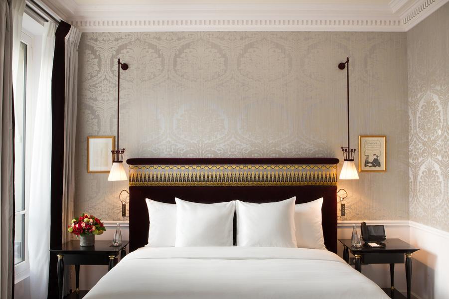 L'une des 26 suites et 14 chambres donnant sur l'avenue Gabriel et la rue du Cirque, entre Champs-Elysées et rue du Faubourg Saint-Honoré.