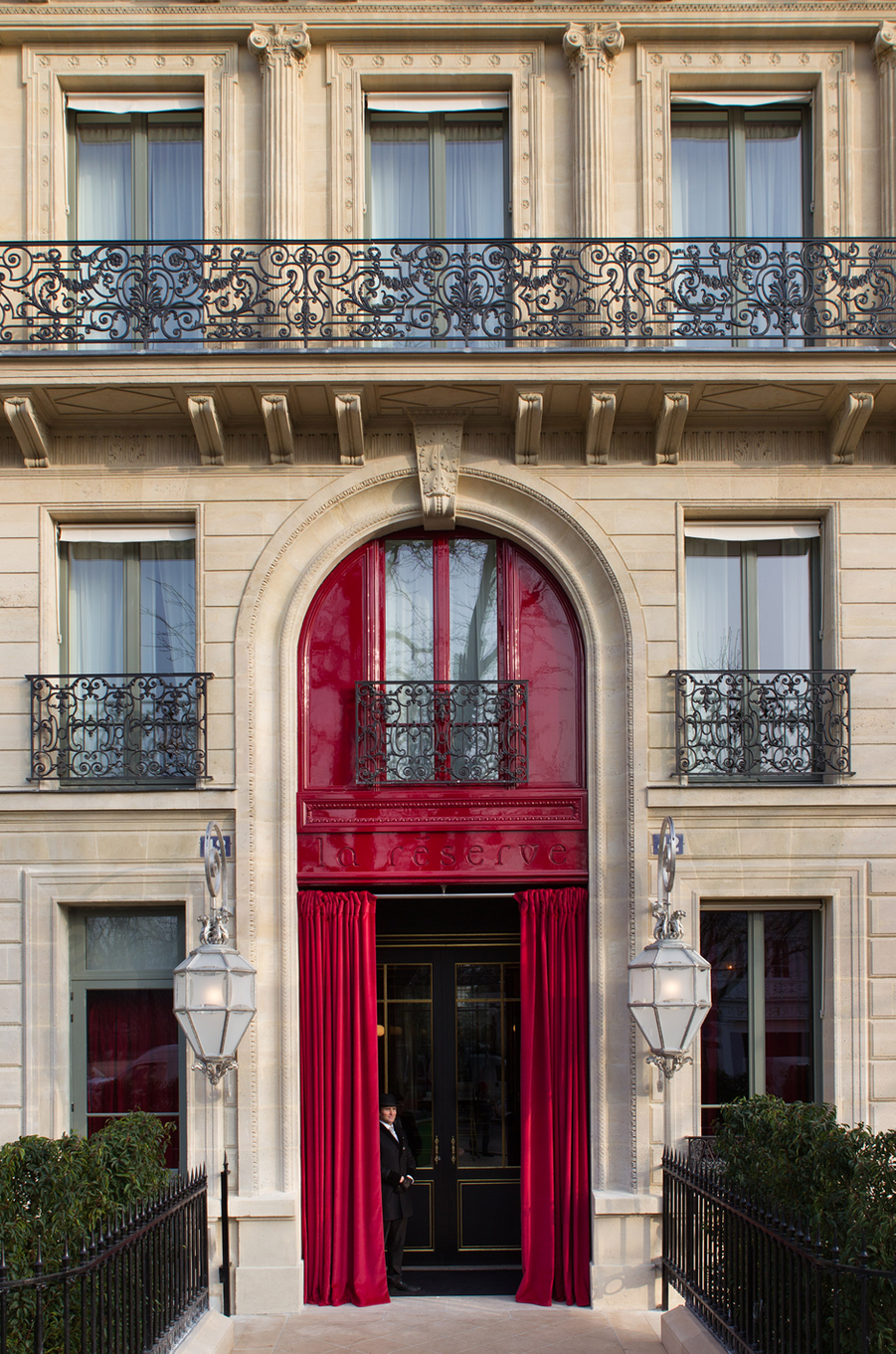 Une façade discrète dont la porte cochère est relevée d'un rouge «Garcia». A l'intérieur, ni réception, ni lobby. Pour le check in, les clients sont reçus «au salonLouis XV».