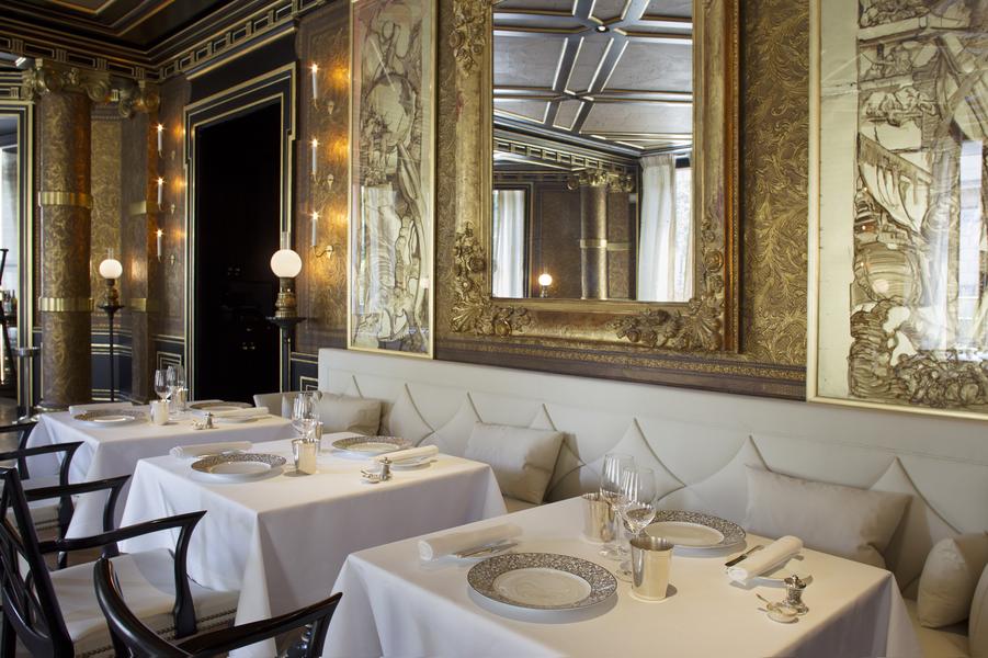Restaurant 2-étoiles Le Gabriel. Un maître mot: sophistication, dans le décor comme dans l'assiette. Le chef Jérôme Banctel y rend hommage à sa Bretagne natale, avec le sarrasin, l'artichaut et de merveilleux produits de la mer.