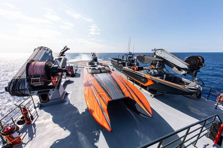 Un chase-boat, deux tenders et un hélicoptère pour s'amuser.