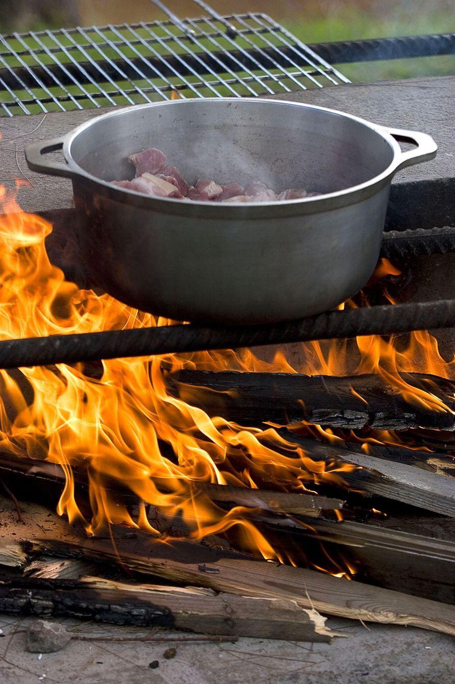 La cuisine traditionnelle: cuisson au feu de bois
