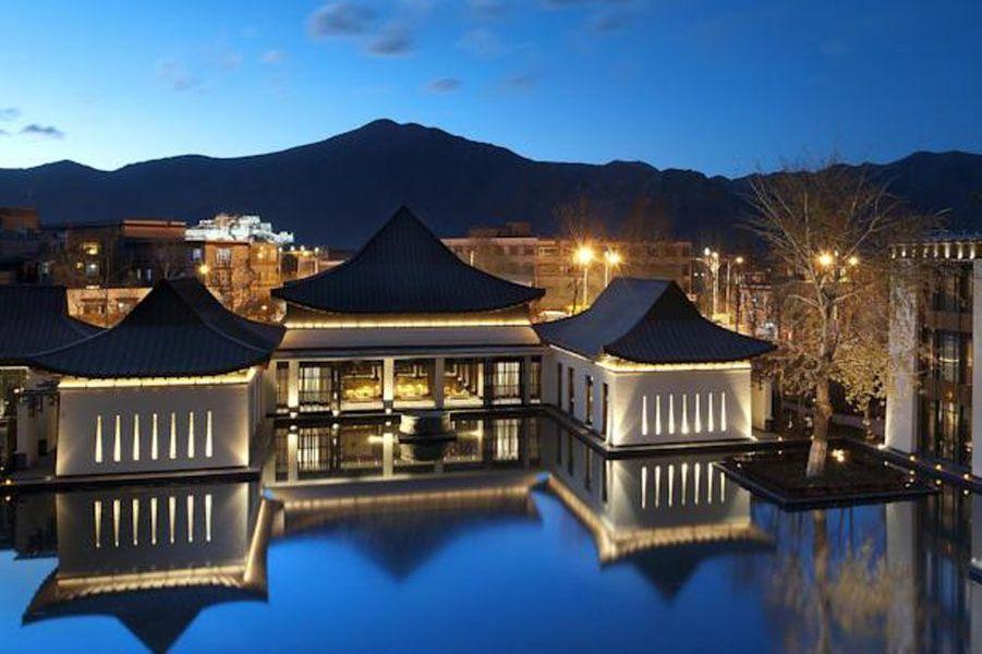Lors de ce voyage sur les pas de Nathan Drake, un séjour au Tibet sera parfait pour revivre le chapitre 14 d'Uncharted 2: le village tibétain. Un peu de repos dans cet hôtel élégant avec vue sur la montagne, le St Regis Resort Lhasa, avant de partir en mission sur les sommets voisins.