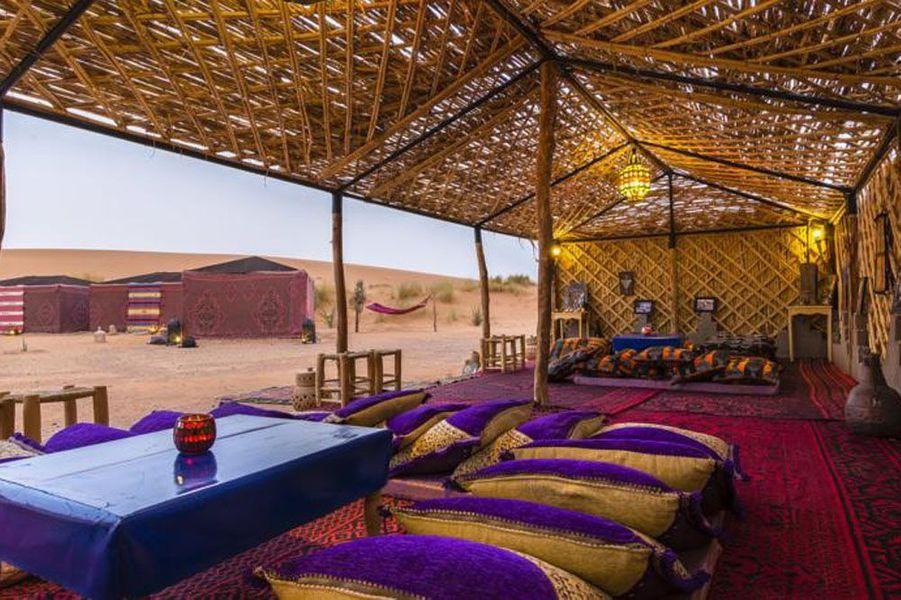 Le Rub' Al-Khali est l'un des plus grands déserts du monde. C'est un épisode pénible qu'y vit Drake dans Uncharted 3, après un crash d'avion. Si l'on veut goûter à ce dépaysement et jouer les aventuriers (mais avec plus de confort que Drake), on se laissera tenter par Ali & Sara's Desert Palace à Merzouga, au Maroc. Les tentes sont décorées de façon traditionnelle et le sable s'étend à perte de vue.