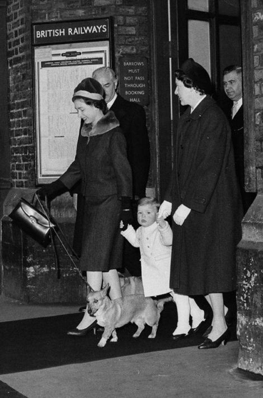 Elizabeth avec Andrew et sa nanny, le 2 février 1962