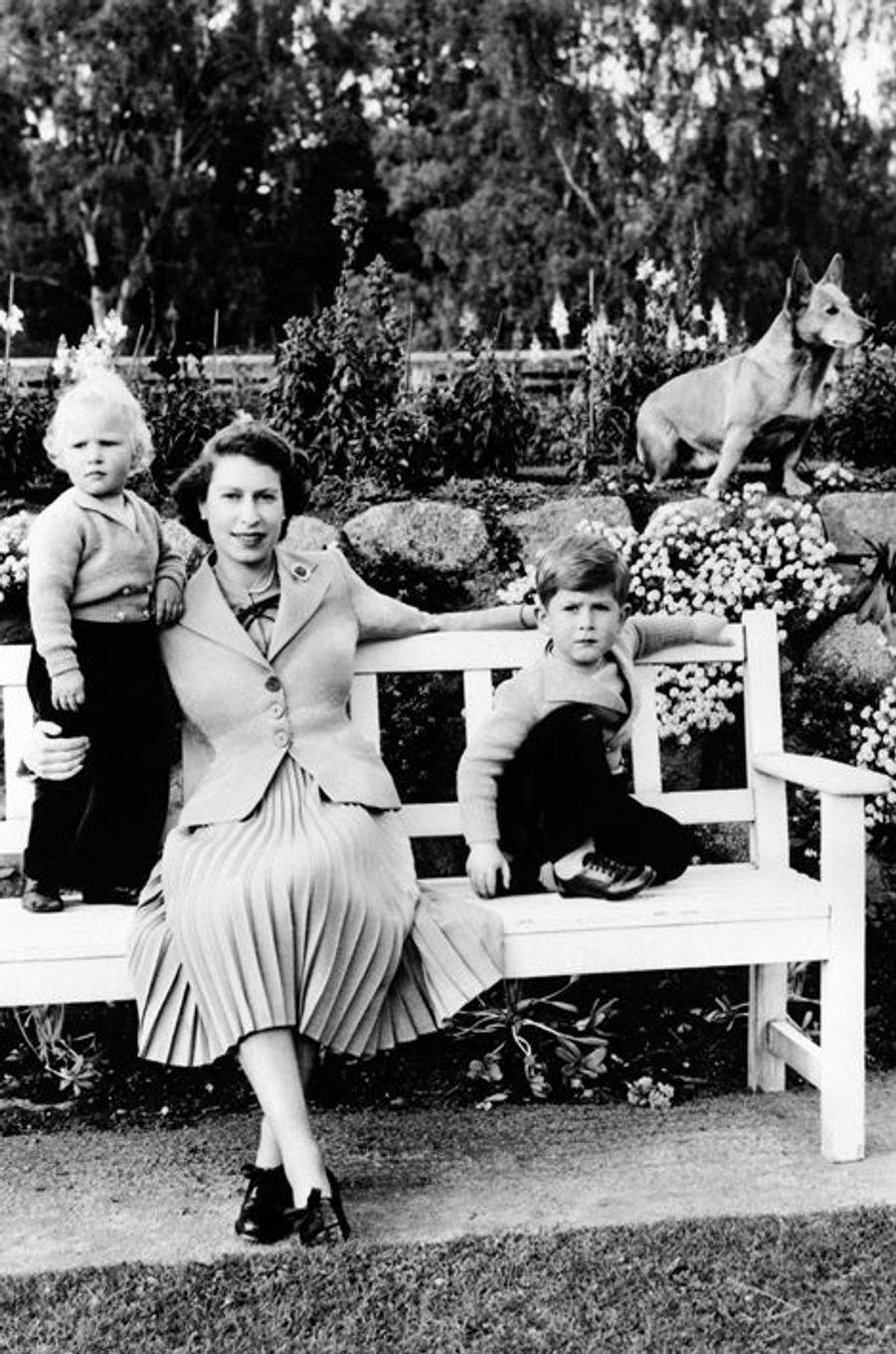 Elizabeth avec Charles et Anne (sans date)