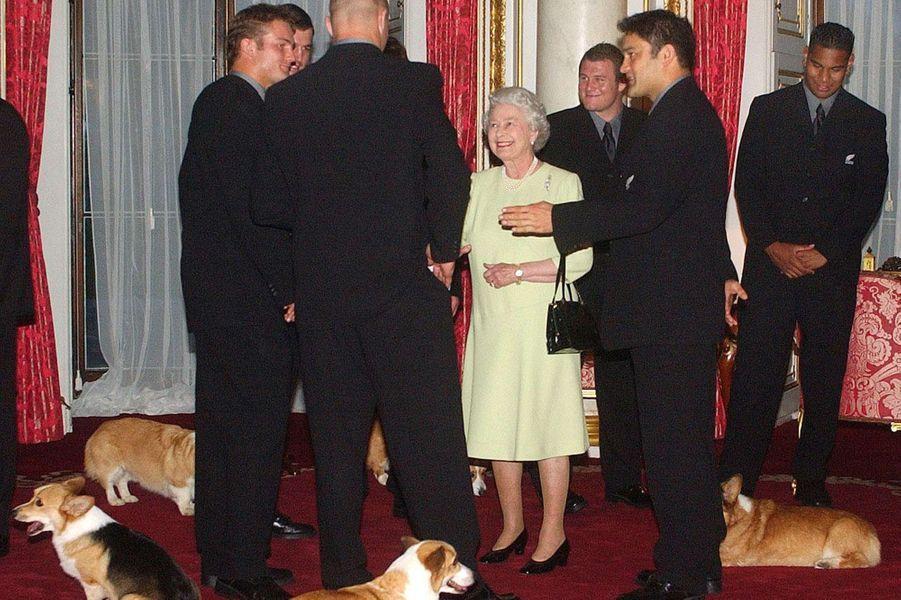 Elizabeth avec des joueurs de rugby, le 24 décembre 2003