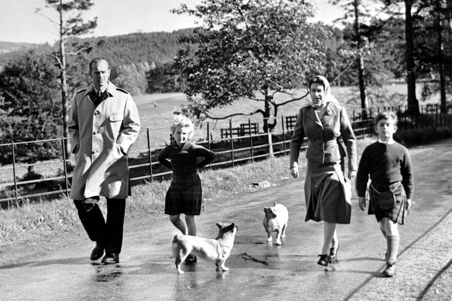 Elizabeth avec Philip Mountbatten, Charles et Anne, le 18 septembre 1957