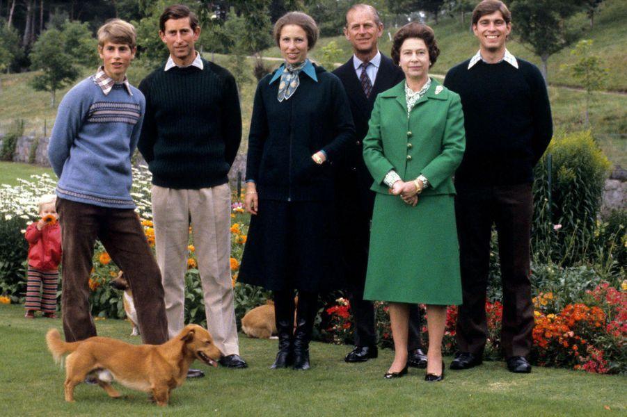 Elizabeth avec Philip Mountbatten et leurs quatre enfants, le 1er septembre 1979