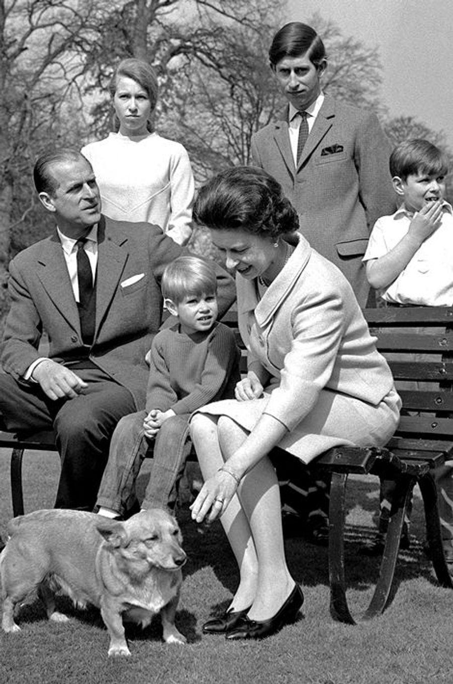 Elizabeth avec Philip Mountbatten et leurs quatre enfants, le 22 avril 1968