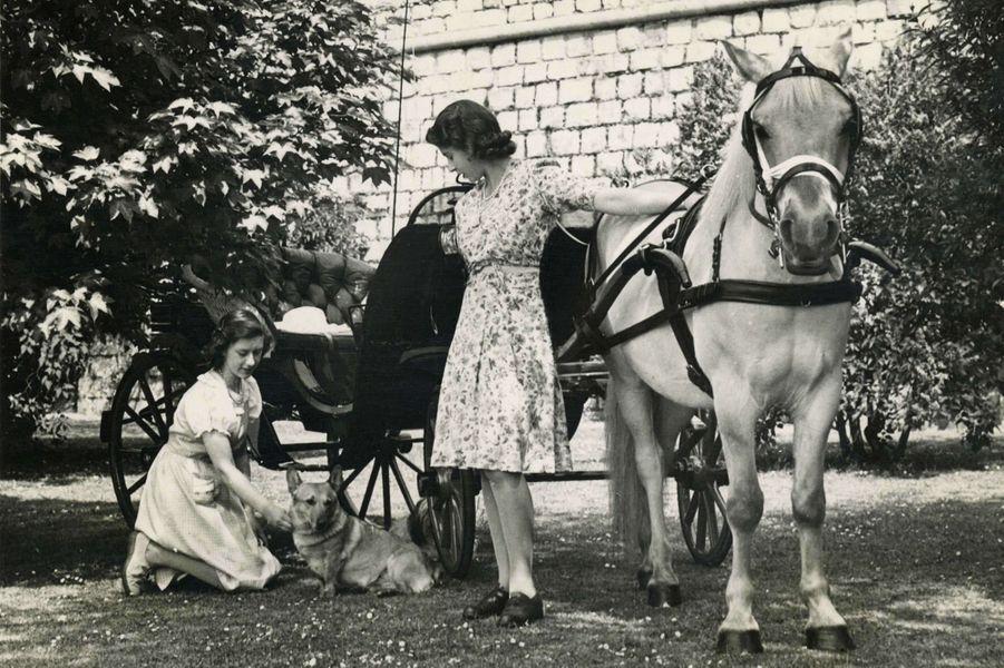 Elizabeth avec sa soeur Margaret (sans date)