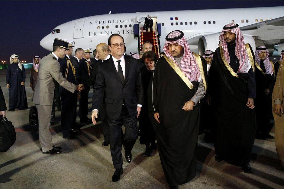 François Hollande accueilli à l'aéroport par l'un des fils du défunt, le prince Turki ben Abdallah, gouverneur de la région de Ryad