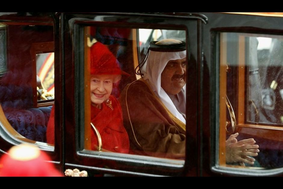 la reine elisabeth re oit l 39 mir du qatar. Black Bedroom Furniture Sets. Home Design Ideas