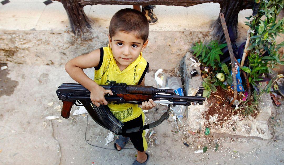 Un garçon avec un AK-47