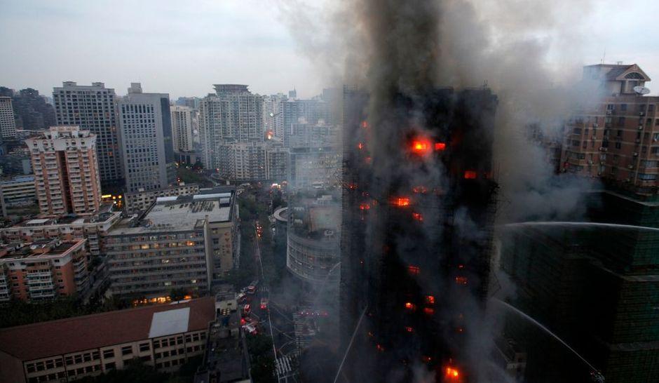 spectaculaire et meurtrier incendie shanghai. Black Bedroom Furniture Sets. Home Design Ideas