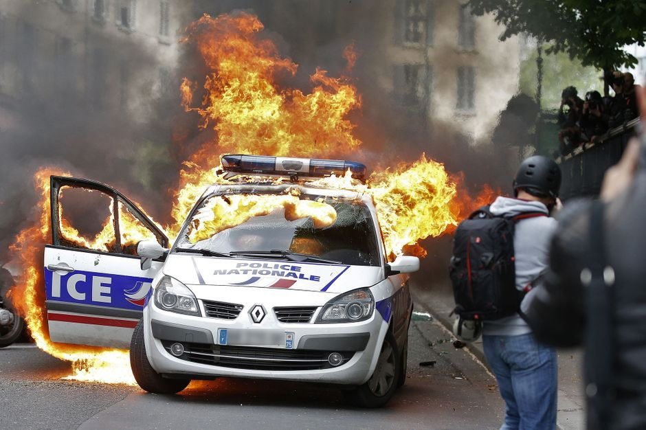 manifestation paris une voiture de police incendi e. Black Bedroom Furniture Sets. Home Design Ideas