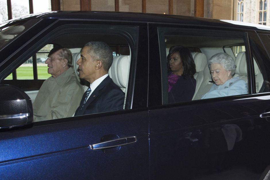 les obama en voiture avec la reine et c est philip qui conduit. Black Bedroom Furniture Sets. Home Design Ideas