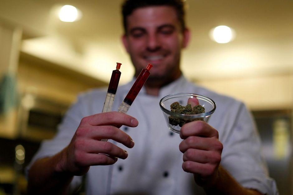 etats unis un chef sert des menus 100 cannabis. Black Bedroom Furniture Sets. Home Design Ideas