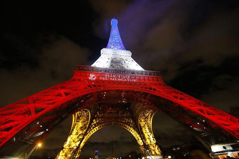 jusqu au 25 novembre la tour eiffel reste en bleu blanc rouge. Black Bedroom Furniture Sets. Home Design Ideas