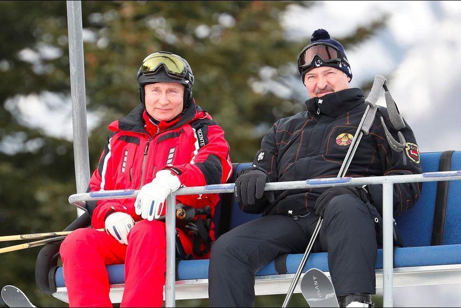 Vladimir Poutine emmène Alexandre Loukachenko skier à Sotchi