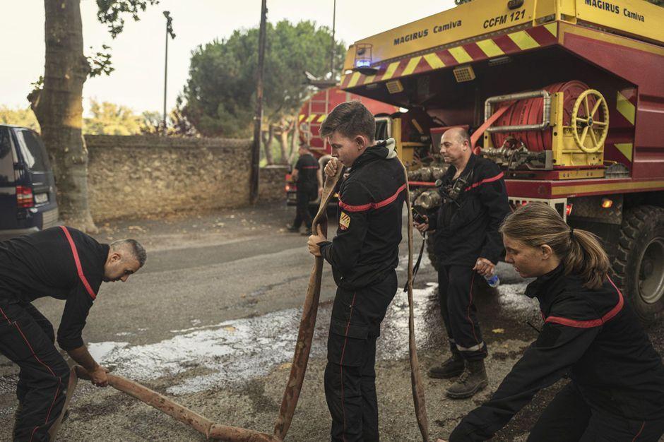 Dans l'Aude, 800 pompiers face à un incendie délicat