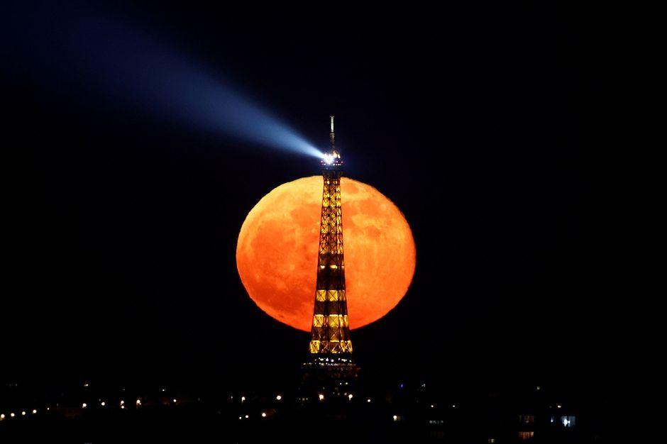Dans la nuit noire parisienne, l'éblouissant spectacle de la Super Lune et de la Tour Eiffel