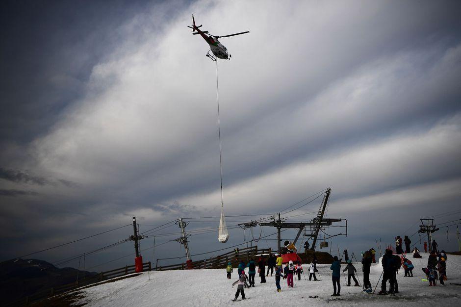 Dans une station de ski des Pyrénées, la neige arrive…en hélicoptère