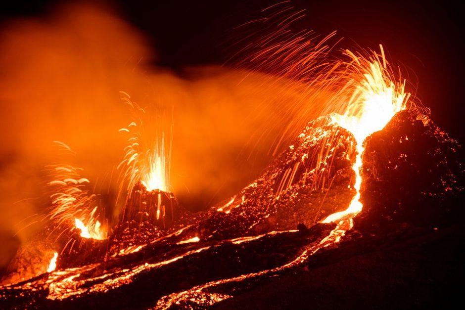 En Islande, un volcan en éruption provoque une impressionnante coulée de  lave