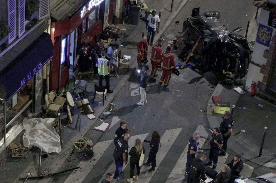 A Paris, une voiture percute la terrasse d'un bar : un mort, six blessés