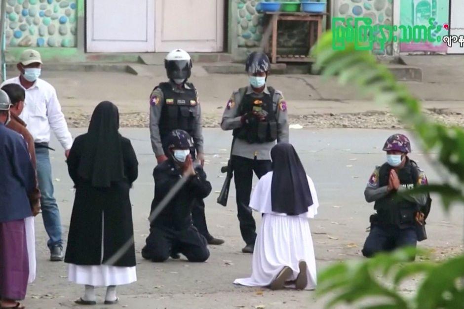 Birmanie : une religieuse agenouillée devant des policiers pour protéger les manifestants - Paris Match