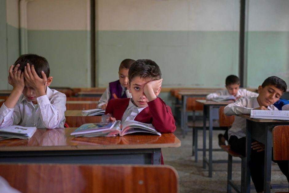 Collèges et lycées rouvrent en Afghanistan, mais uniquement pour les garçons
