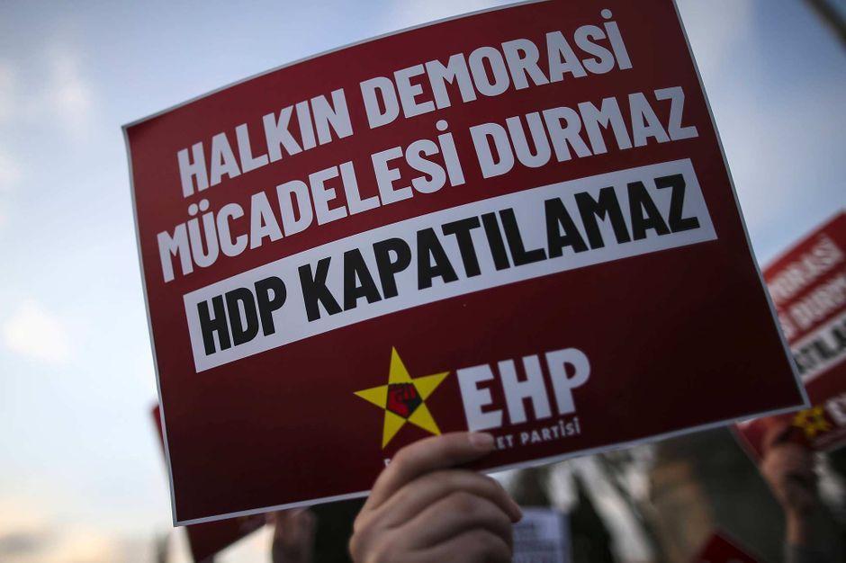 En Turquie, une femme tuée dans une attaque contre un bureau du parti prokurde