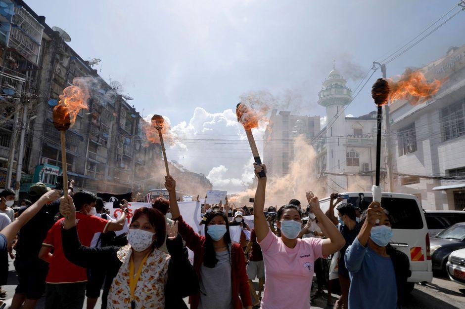 Manifestations anti-putsch en Birmanie : 65 personnes condamnées à mort par la junte