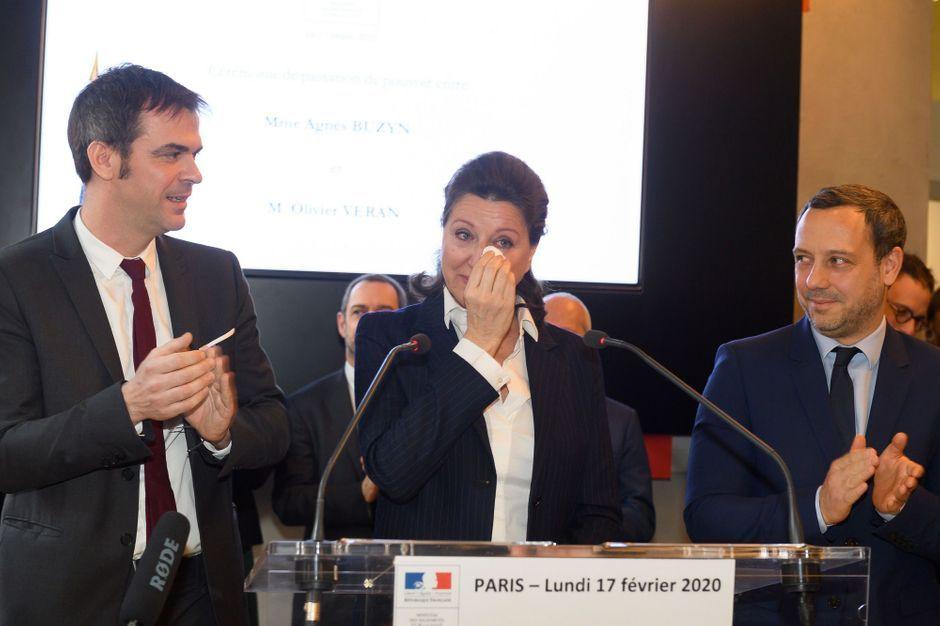 Agnès Buzyn, émue aux larmes, lors de sa passation de pouvoir