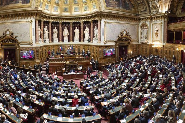 """Pass sanitaire: le Sénat veut imposer une """"clause de revoyure"""""""