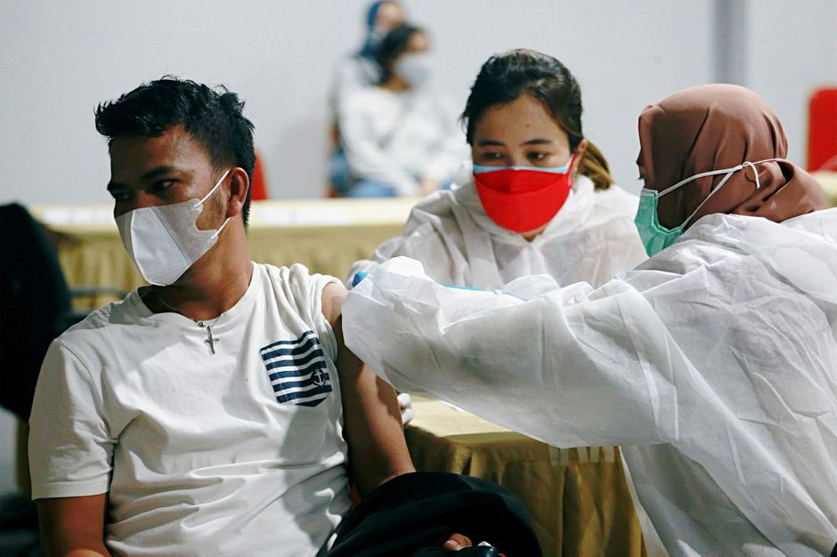 La décrue se poursuit en réa, obligation vaccinale pour les soignants… le point sur le coronavirus