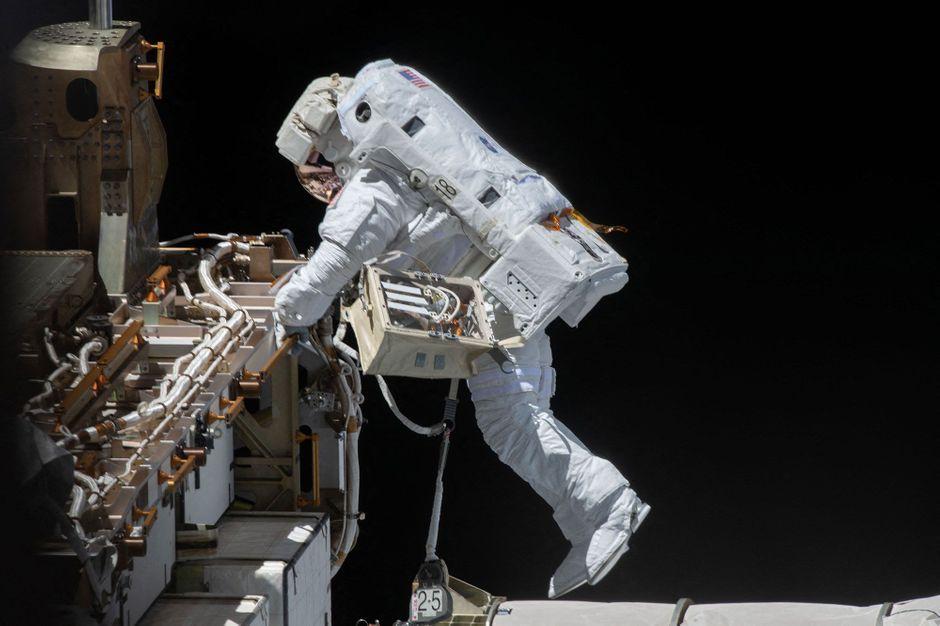 L'astronaute Victor Glover dans le vide spatial à 400 kilomètres d'altitude - Paris Match