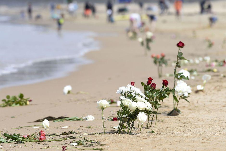 Sables-d'Olonne : Fleurs et marche silencieuse en hommage ...