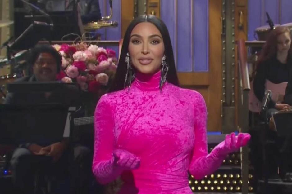"""Pleine d'auto-dérision, Kim Kardashian n'épargne pas sa famille dans le """"Saturday Night Live"""""""