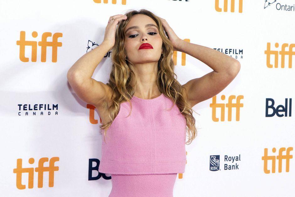 Lily-Rose Depp illumine le tapis rouge de Toronto