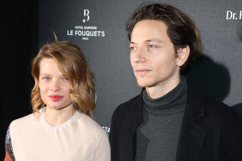 """Mélanie Thierry admet que le fameux direct de son mari Raphaël était """"très intrusif"""""""