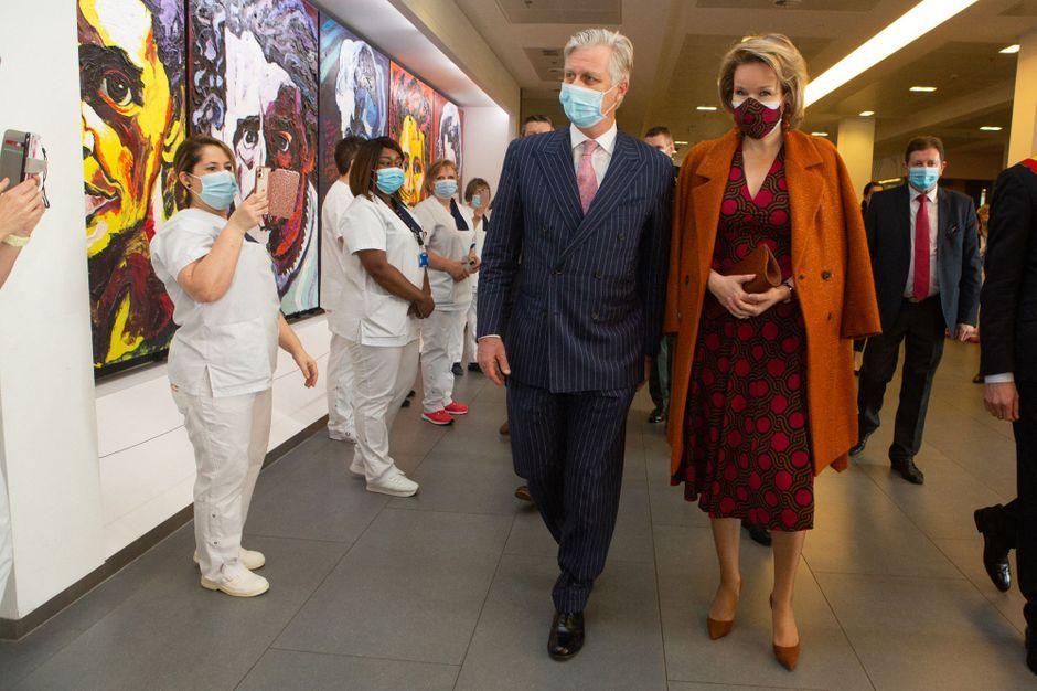 Royal Style Mathilde étrenne une nouvelle robe pour visiter un hôpital à Charleroi - Paris Match