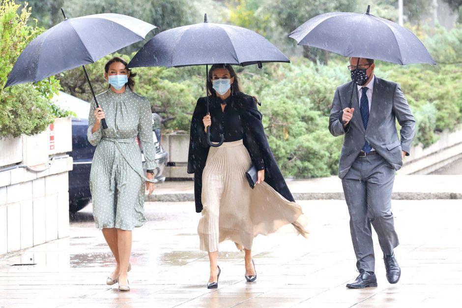 La reine Letizia d'Espagne élégante sous la pluie madrilène pour un rendez-vous mode