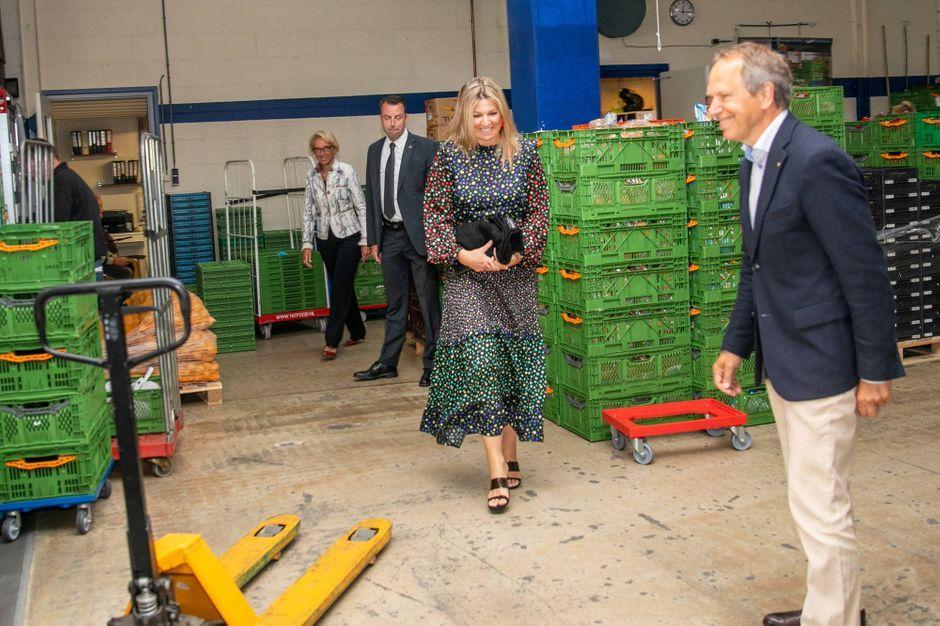 La reine Maxima des Pays-Bas multicolore et vintage pour sa visite à la banque alimentaire de Delft