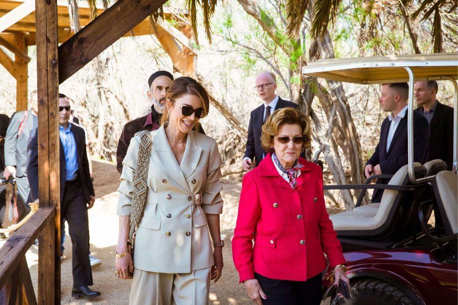 La Reine Rania De Jordanie Charmante Guide Pour La Reine Sonja De Norvege Jusqu Au Site Du Bapteme De Jesus