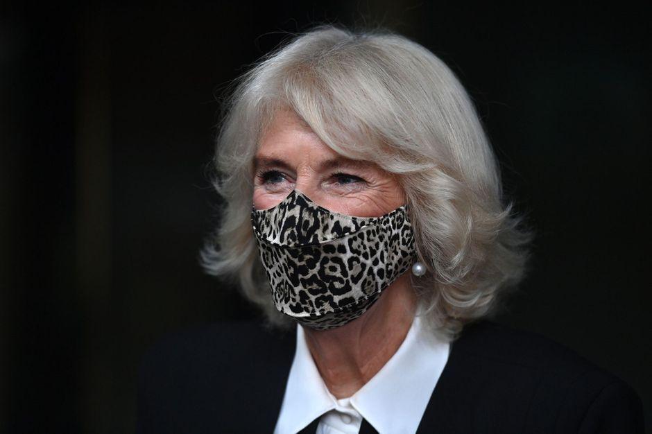 La duchesse de Cornouailles Camilla ultra-tendance avec son masque à imprimé léopard