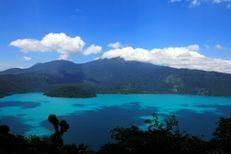 Au Salvador, un lac devient turquoise à cause des algues