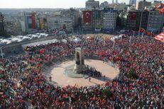 Marée de drapeaux rouges contre la dictature place Taksim